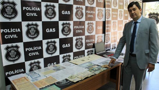Polícia apresenta documentação apreendida com estelionatários | Foto: Polícia Civil