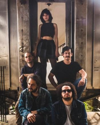 """Segundo disco de estúdio, """"Princesa"""" traz 11 novas canções da banda goiana, o que alça o grupo a novos lugares   Foto: Rodrigo Gianesi/Divulgação"""