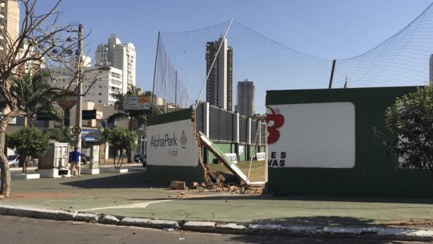 Muro na sede do Goiás amanhece destruído após acidente