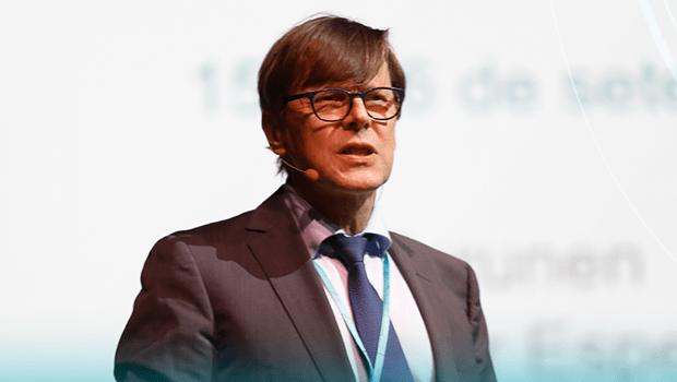 Conselheiro do Ministério da Cultura e Educação da Finlândia, Ilkka Turunen durante palestra no seminário sobre gestão da educação   Foto: Divulgação Instituto Unibanco / Facebook