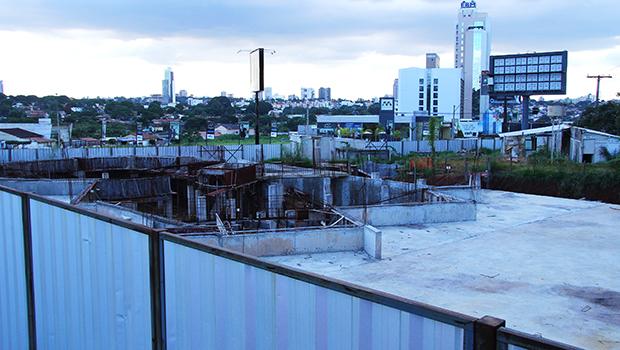 Local da obra inacabada da Casa de Vidro, no Jardim Goiás, projeto anunciado no fim da primeira gestão de Iris Rezende. No lugar, funcionava o posto de venda dos produtos feitos pelos participantes do programa social criado por Nion Albernaz
