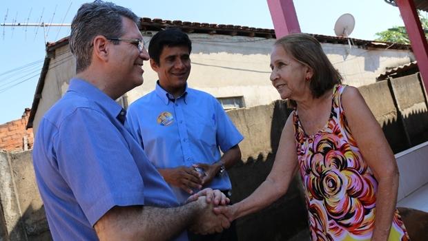 Francisco Jr. e o vereador Fábio Caixeta durante caminhada   Foto: Rafael Batista