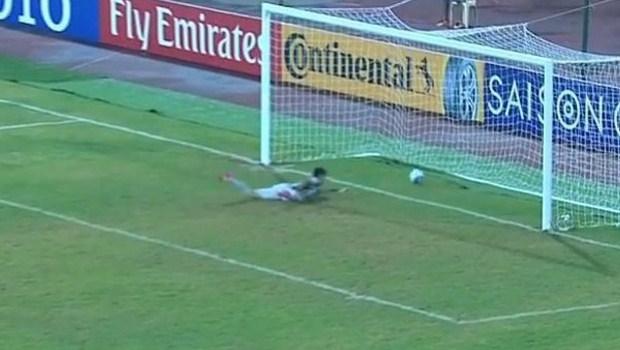 """Goleiro da Coreia do Norte protagoniza """"gol mais ridículo da história"""". Veja vídeo"""