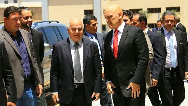 Acompanhado de deputados e do ministro da Justiça, Helio de Sousa chega ao Hugol | Foto: Wildes Barbosa