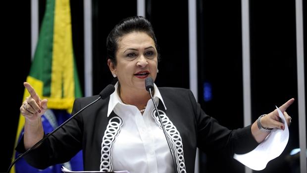 Senadora Kátia Abreu diz que poderes precisam dialogar para pôr fiam a crise