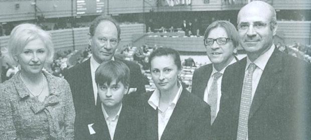 Kristiina Ojuland, estoniana, e Edward McMillan-Scott, britânico, são membros do Parlamento Europeu; Nikita Magnitsky (o sempre triste filho de Sergei), Natasha Magnitsky (mulher de Sergei), Guy Verhofstadt, belga do Parlamento Europeu, e Bill Browder: coragem