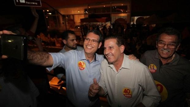 Vanderlan e ex-candidato Francisco Jr. durante adesivaço | Divulgação