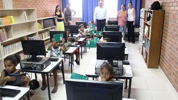 Crianças recebem computadores da Unimed | Foto: divulgação