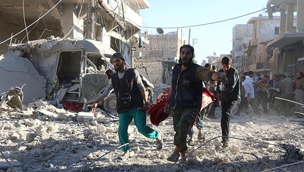 Civis resgatam vítimas de um bombardeamento em Alepo | Foto: George Ourfalian/ AFP
