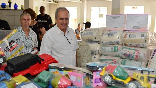 Brinquedos e alimentos foram distribuídos neste Dia das Crianças | Foto: Jhonney Macena