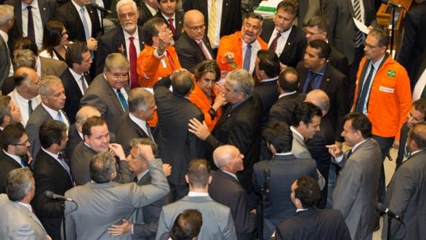 Votações de requerimentos que desobriga a Petrobras a participar de todos os consórcios de exploração dos campos do pré-sal. Deputado Laerte Bessa (PR-DF) discute com deputado Paulo Pimenta (PT-RS) durante a discussão de requerimentos | Foto: Lula Marques/ AGPT