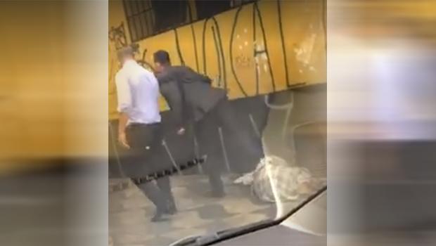 Vídeo de homem chutando morador de rua causa revolta nas redes sociais