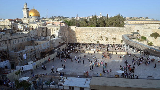 Muro das Lamentações: milhares de judeus do mundo todo lotam o local todos os anos, numa tradição milenar