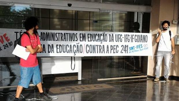 Manifestantes ocupam prédios da UFG contra PEC 241