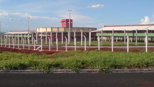 Caminhão derruba alambrado do presídio de Itumbiara e 13 presos fogem