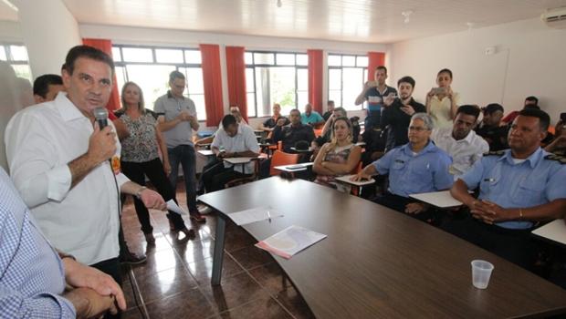 Vanderlan assina compromisso de valorização dos servidores municipais