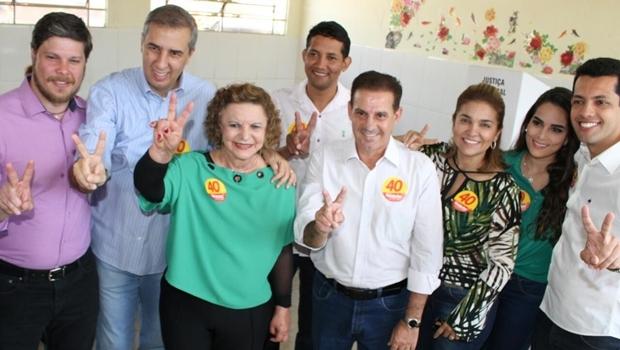 Presidente do PSDB Goiânia, Rafael Lousa; vice-governador José Eliton; senadora Lúcia Vânia; presidente do PPS Goiânia, Darlan Bráz; Vanderlan Cardoso; a esposa, Izaura; o vice Thiago Albernaz e a noiva, Raísa Martins