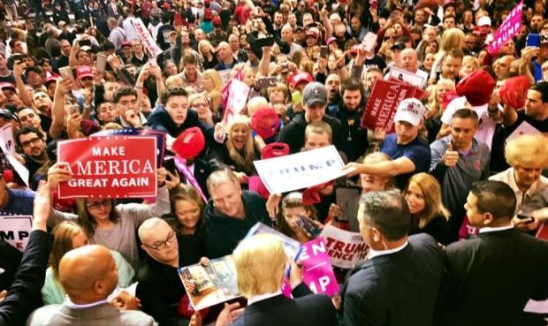 Trump dá autógrafos em um de seus comícios | Foto: reprodução