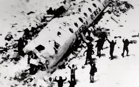 Os sobreviventes do acidente dos Andes, em 1972, acenam para seus salvadores