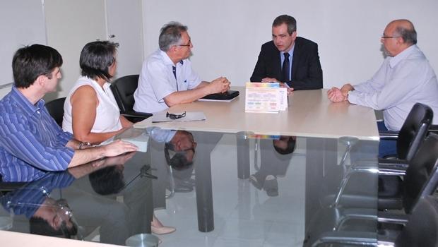 Em reunião, secretário anunciou a complementação do valor pago nas diárias de UTI da instituição | Foto: Divulgação
