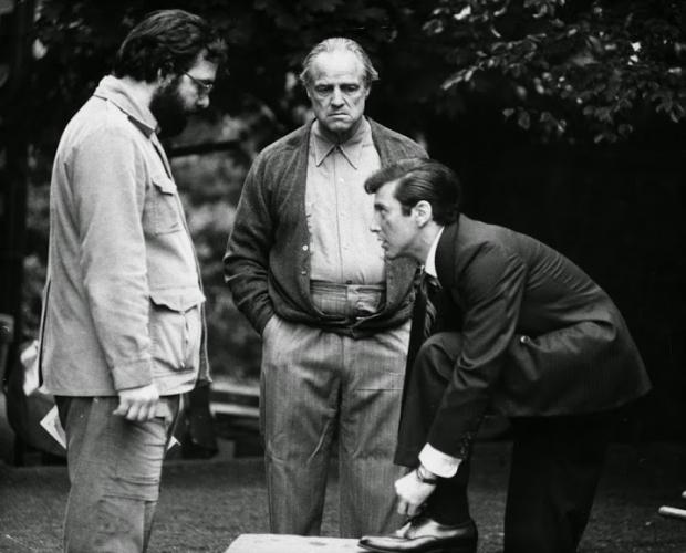"""Francis Ford Coppola, Marlon Brando e Al Pacino: o trio que fez de """"O Poderoso Chefão"""" uma obra icônica, que trascendeu ao cinema"""