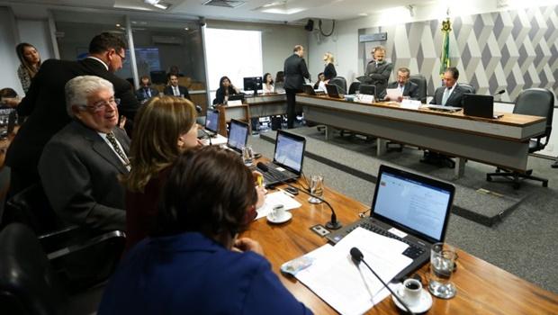 CCJ aprova texto-base da PEC do Teto de Gastos; senadores analisam destaque
