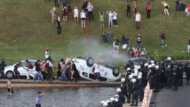 Em cenário de guerra, manifestantes viram carro da TV Record em Brasília