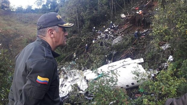 Polícia divulga fotos e vídeos de destroços de avião da Chapecoense