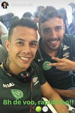 Alan Ruschel postou foto nas redes sociais com o goleiro Danillo momentos antes de embarcarem para a Colômbia. Os dois atletas estão entre os sobreviventes | Foto: Reprodução