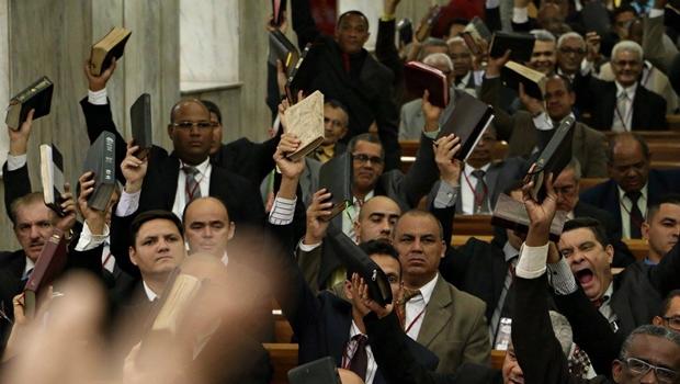 Vereadores tentam barrar votação que instituiu feriado do Dia do Evangélico