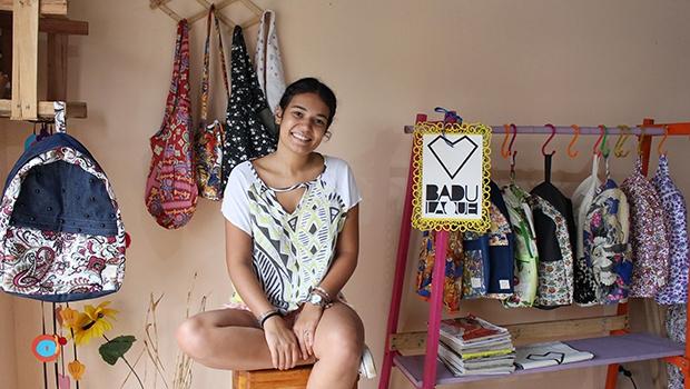 """A avó de Pahola sempre brincava: """"Essa menina anda cheia de badulaque"""". Anos mais tarde, a frase foi eternizada no nome da sua marca de bolsas e mochilas   Foto: Bruna Aidar/ Jornal Opção"""