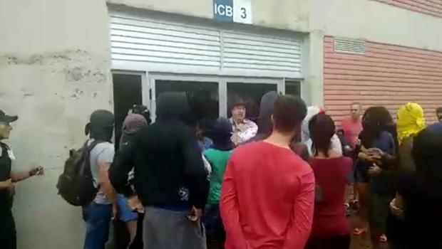 Após tentar impedir ocupação, professor da UFG é expulso de prédio por estudantes