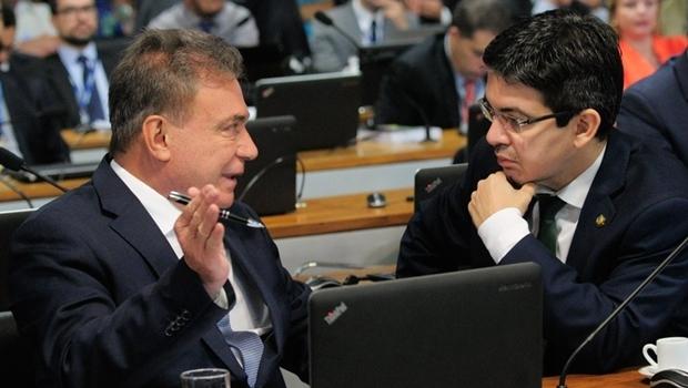 Senador Alvaro Dias (PV-PR), autor da proposta, e o relator, Randolfe Rodrigues (Rede-AP)   Foto: Geraldo Magela / Agência Senado