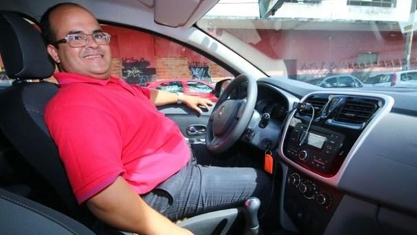 Simonei: de corretor de imóveis a motorista do Uber. Mas não deixou de vender imóveis | Foto: Fernando Leite/ Jornal Opção