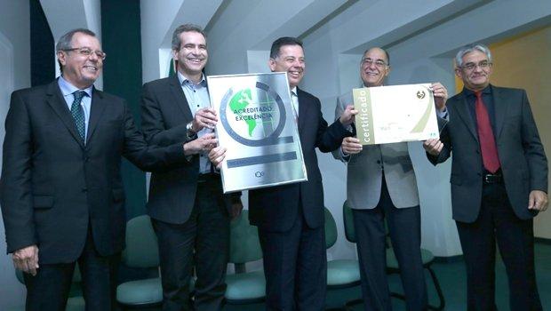 Entrega, pelo Instituto Qualisa de Gestão – IQG, ao CRER o Certificado de Acreditação com Excelência Nível 3 da Organização Nacional de Acreditação - ONA | Foto: Divulgação/ Henrique Luiz