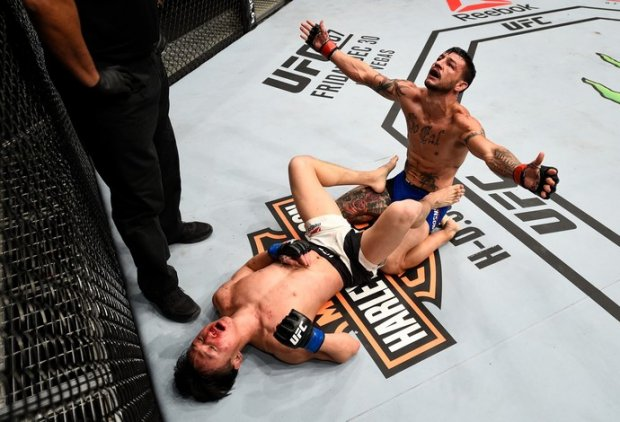 Doo Ho Choi (deitado), sul-coreano, e Cub Swanson (sentado): dois guerreiros que não deixaram os aficionados de lutas de MMA dormirem