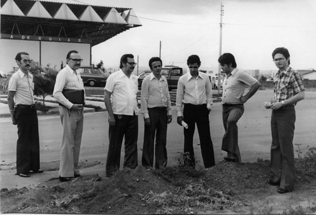 Nabyh Salum, ao centro nos anos 70, durante a construção da primeira sede da AMG