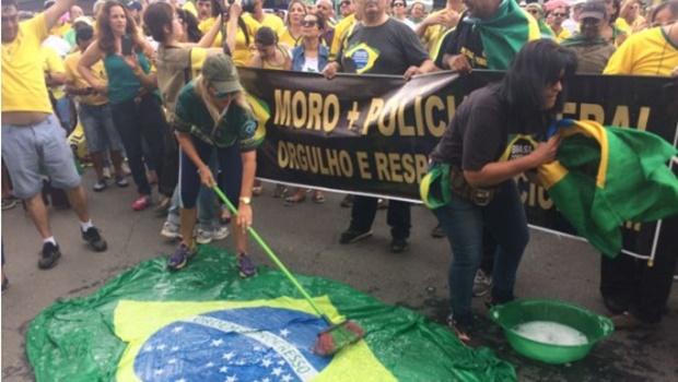 Em Goiânia, manifestantes lavam bandeiras do Brasil contra corrupção