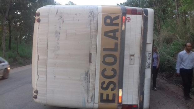 Ônibus universitário tomba em barranco às margens da BR-153