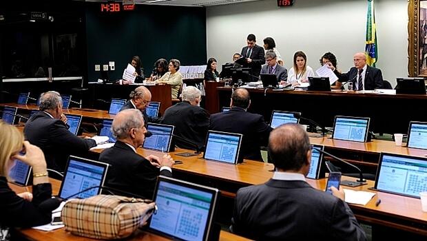 CCJ da Câmara deve discutir PEC das Diretas nesta terça-feira (13)