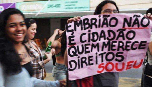 No Brasil, ao contrário do que se pensa, o feto, é sujeito de direitos. Portanto, existe um limite objetivo quanto à autonomia do corpo, direito que, a partir da concepção de outro ser, não pode ser exercido absolutamente
