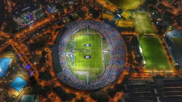 Perfil oficial da Chapecoense no Twitter postou esta foto do estádio de Medellín, que estava lotado e com milhares de pessoas do lado de fora | Foto: Reprodução Twitter