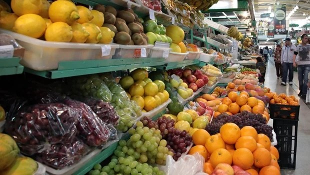 Supermercados vendem produtos mais caros em dias de promoção de hortifruti, alerta Procon