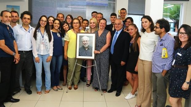 Nanci Melo (com a foto de Herbert de Moraes) e, à direita, Patrícia Moraes Machado, sucessora do pai no comando do Jornal Opção | Foto: Fernando Leite