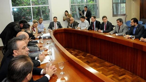 Governo lança pacote contra colapso