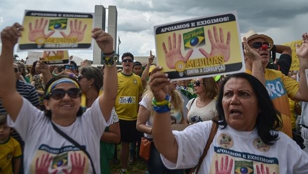Manifestantes em Brasília a favor da proposta das dez medidas anticorrupção   Foto: Agência Brasil