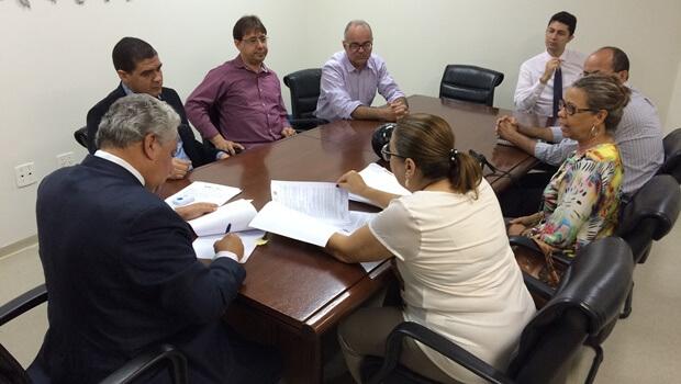 Secretário Vilmar Rocha assina acordo com IF Goiano   Foto: Secima