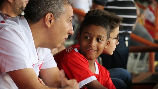 Após ser encontrado revirando lixo, Gabriel assiste jogo ao lado do vice-governador