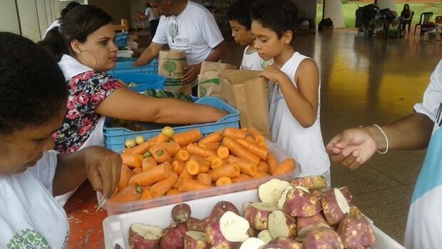 """Em Goiânia, projeto """"Sacolão Sustentável""""troca lixo por alimentos"""