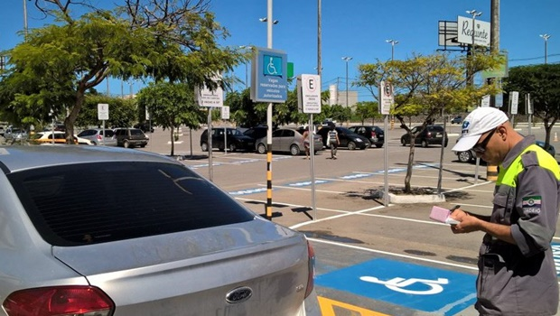 Projeto de lei permite apreensão de carro parado em vagas de deficientes